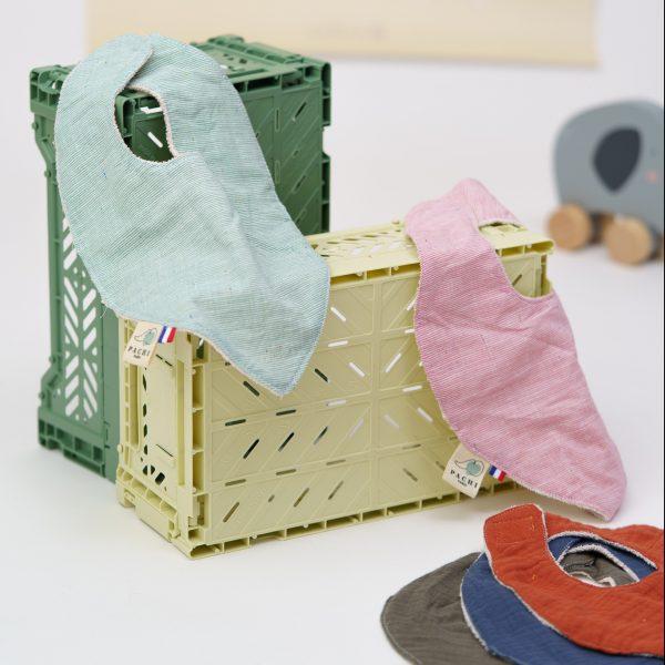 bavoirs à scratch bébé rayé grenadine et menthe à l'eau sur caisses pastels