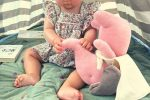 petite fille et son doudou Pachi dans le jardin